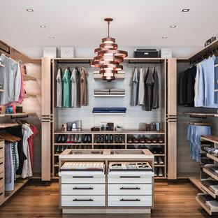Foto de armario vestidor unisex, minimalista, de tamaño medio, con armarios con paneles lisos, puertas de armario de madera oscura y suelo de madera en tonos medios