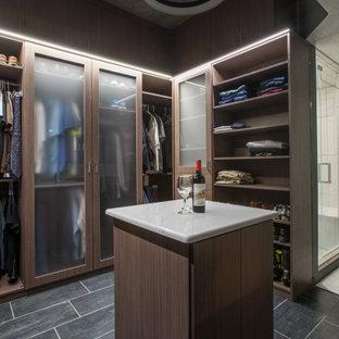 Imagen de armario vestidor de hombre y abovedado, minimalista, de tamaño medio, con armarios con paneles lisos, puertas de armario de madera oscura, suelo de baldosas de cerámica y suelo gris