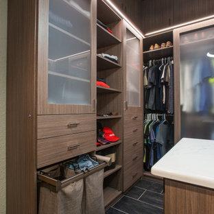 Idéer för ett mellanstort modernt walk-in-closet för män, med släta luckor, skåp i mellenmörkt trä, klinkergolv i keramik och grått golv