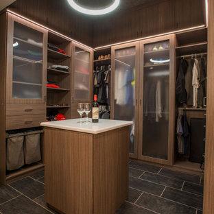 Modelo de armario vestidor de hombre y abovedado, minimalista, de tamaño medio, con armarios con paneles lisos, puertas de armario de madera oscura, suelo de baldosas de cerámica y suelo gris