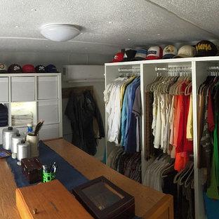 Ispirazione per una cabina armadio unisex stile marino di medie dimensioni con nessun'anta, ante bianche, pavimento in laminato e pavimento multicolore