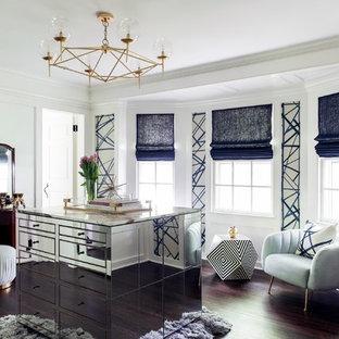 Imagen de vestidor unisex, clásico renovado, de tamaño medio, con suelo de madera oscura, suelo marrón y armarios con paneles lisos