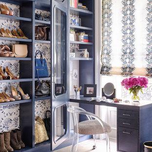 Klassisches Ankleidezimmer mit Ankleidebereich, blauen Schränken, braunem Holzboden und braunem Boden in New York