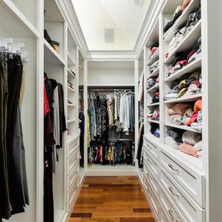 フィラデルフィアの男女兼用トランジショナルスタイルのおしゃれなウォークインクローゼット (シェーカースタイル扉のキャビネット、白いキャビネット、無垢フローリング、茶色い床、三角天井) の写真