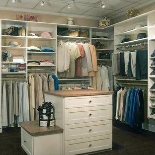 Foto di uno spazio per vestirsi unisex classico di medie dimensioni con ante in stile shaker, ante bianche, moquette e pavimento nero