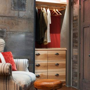 Diseño de armario unisex, ecléctico, pequeño, con armarios con paneles lisos, puertas de armario de madera clara y suelo de corcho