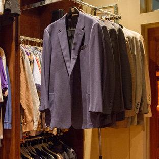 Diseño de armario vestidor unisex, de estilo americano, de tamaño medio, con puertas de armario de madera en tonos medios y suelo de madera clara