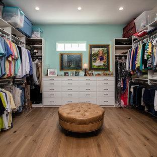 Exempel på ett mellanstort klassiskt walk-in-closet för könsneutrala, med skåp i shakerstil, vita skåp, mellanmörkt trägolv och brunt golv