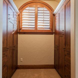 Imagen de armario y vestidor rural, de tamaño medio, con armarios estilo shaker, puertas de armario de madera oscura y moqueta