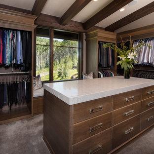 Modelo de armario vestidor unisex, clásico renovado, grande, con armarios con paneles lisos, puertas de armario de madera oscura, moqueta y suelo gris