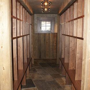Großes, Neutrales Klassisches Ankleidezimmer mit Ankleidebereich, offenen Schränken, hellbraunen Holzschränken und Schieferboden in Denver