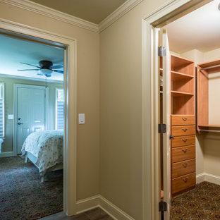 Diseño de armario vestidor unisex, rural, pequeño, con armarios abiertos, puertas de armario de madera oscura, moqueta y suelo beige