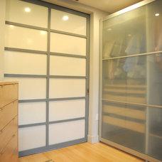 Modern Closet by Studio CrowleyHall, pllc