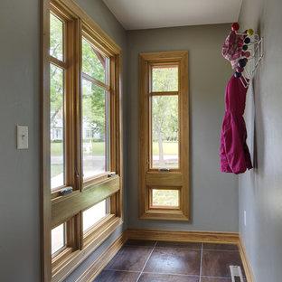 Diseño de armario vestidor retro, pequeño, con suelo de baldosas de porcelana