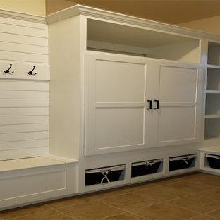 Diseño de armario y vestidor unisex, de estilo americano, grande, con armarios estilo shaker, puertas de armario blancas, suelo de baldosas de cerámica y suelo beige