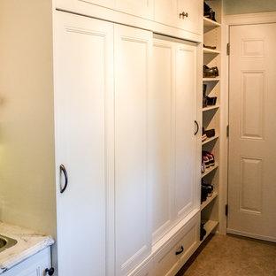 Modelo de armario unisex, clásico renovado, de tamaño medio, con armarios con paneles empotrados, puertas de armario blancas y suelo de linóleo