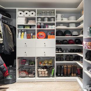 Cette photo montre un grand dressing chic neutre avec un placard sans porte, des portes de placard blanches et un sol en carrelage de céramique.