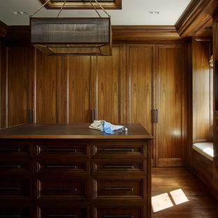Foto de vestidor de hombre, mediterráneo, grande, con armarios con paneles empotrados, puertas de armario de madera en tonos medios y moqueta