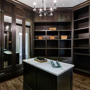 Modelo de armario vestidor de hombre, clásico renovado, extra grande, con armarios con paneles empotrados, puertas de armario blancas, suelo de baldosas de porcelana y suelo beige
