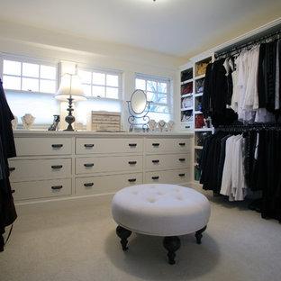 Foto på ett stort vintage walk-in-closet för kvinnor, med släta luckor, vita skåp och heltäckningsmatta