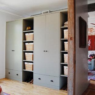 Idee per armadi e cabine armadio industriali con parquet chiaro