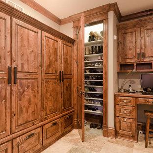 Immagine di uno spazio per vestirsi tradizionale con pavimento in travertino