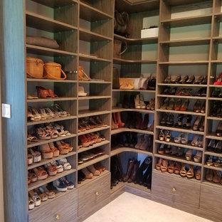 Foto de armario vestidor unisex, tradicional renovado, grande, con armarios abiertos, puertas de armario de madera en tonos medios, moqueta y suelo beige