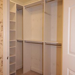 Modelo de armario vestidor de mujer, tradicional, pequeño, con armarios con paneles lisos, puertas de armario blancas y moqueta