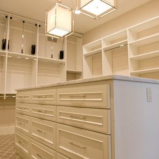 ミルウォーキーの大きい男女兼用カントリー風おしゃれなフィッティングルーム (落し込みパネル扉のキャビネット、白いキャビネット、カーペット敷き、グレーの床) の写真