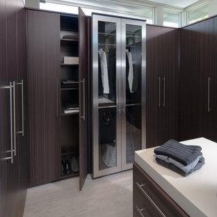 Идея дизайна: большая парадная гардеробная унисекс в современном стиле с темными деревянными фасадами и полом из керамогранита