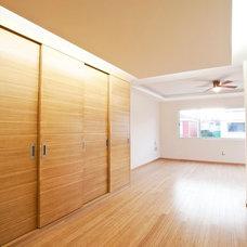 Contemporary Closet by DOM Arquitectos