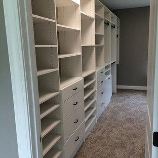 Foto di una piccola cabina armadio design con ante lisce e ante bianche