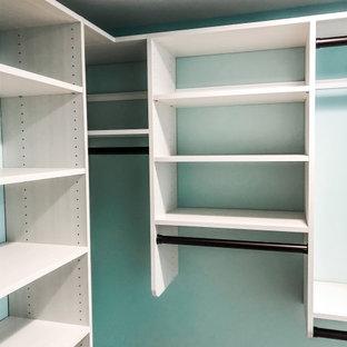 Inspiration pour un dressing craftsman de taille moyenne et neutre avec un placard sans porte, des portes de placard en bois clair, un sol en bois clair et un sol orange.