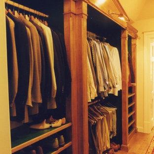 Idéer för att renovera ett stort vintage omklädningsrum för män, med skåp i ljust trä och ljust trägolv