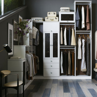 Großes, Neutrales Modernes Ankleidezimmer mit Ankleidebereich, flächenbündigen Schrankfronten, weißen Schränken, Vinylboden und braunem Boden in Orlando