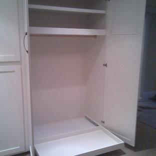 Imagen de vestidor unisex, clásico, con armarios abiertos, puertas de armario blancas y moqueta