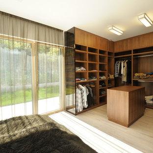 Foto de vestidor contemporáneo con armarios abiertos y puertas de armario de madera en tonos medios