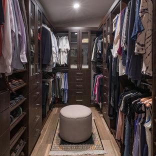 Ejemplo de armario vestidor unisex, contemporáneo, de tamaño medio, con armarios tipo vitrina y puertas de armario de madera en tonos medios