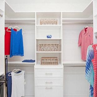 Imagen de armario vestidor unisex, costero, de tamaño medio, con armarios estilo shaker y puertas de armario blancas