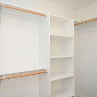 Amerikansk inredning av ett mellanstort walk-in-closet, med öppna hyllor, vita skåp och heltäckningsmatta