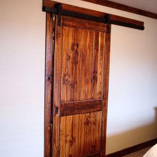 Immagine di una cabina armadio unisex tradizionale con moquette