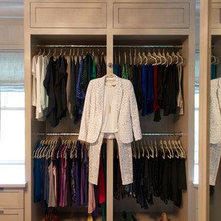 Imagen de armario vestidor unisex, tradicional renovado, de tamaño medio, con armarios estilo shaker, puertas de armario de madera clara y moqueta