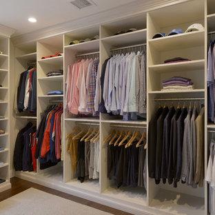 Idéer för stora funkis walk-in-closets för könsneutrala, med skåp i shakerstil, vita skåp och mörkt trägolv