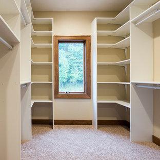 Inspiration för ett stort amerikanskt walk-in-closet för könsneutrala, med öppna hyllor, vita skåp och heltäckningsmatta