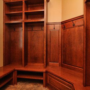 Foto de armario vestidor unisex, clásico, con armarios abiertos y puertas de armario de madera oscura