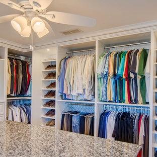Inspiration för stora klassiska walk-in-closets för könsneutrala, med öppna hyllor och vita skåp