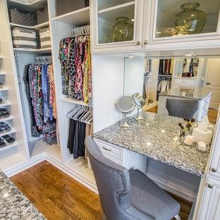 Großer, Neutraler Klassischer Begehbarer Kleiderschrank mit offenen Schränken, weißen Schränken, braunem Boden und braunem Holzboden in Orange County