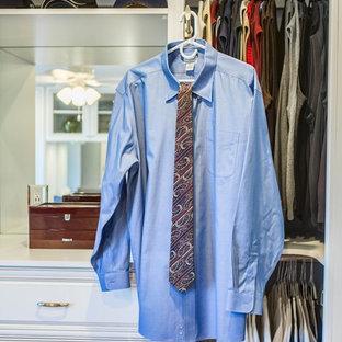 Diseño de armario vestidor unisex, tradicional, de tamaño medio, con armarios abiertos, puertas de armario blancas, moqueta y suelo beige