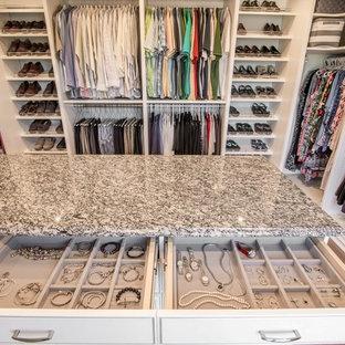 Inspiration för stora klassiska walk-in-closets för könsneutrala, med öppna hyllor, vita skåp, mörkt trägolv och brunt golv