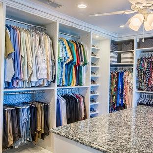 Großer, Neutraler Klassischer Begehbarer Kleiderschrank mit offenen Schränken und weißen Schränken in Orange County